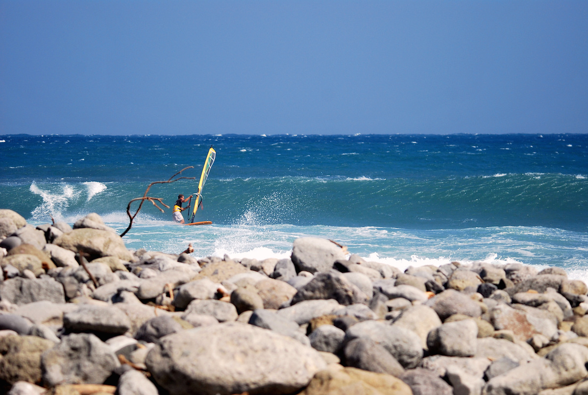 windsurfing-Taiwan.-Bottom-turn-at-Jinzun-Point